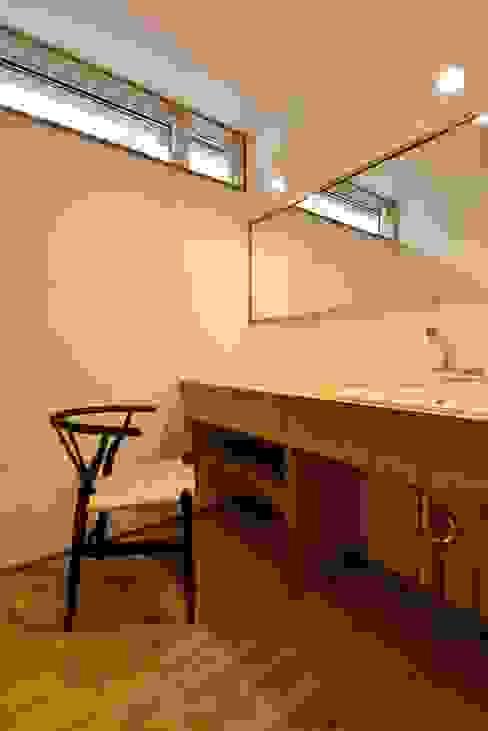 洗面所の鏡: アトリエdoor一級建築士事務所が手掛けた浴室です。,モダン