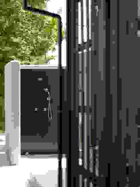 屋外シャワーコーナー: 篠田 望デザイン一級建築士事務所が手掛けた浴室です。,ラスティック