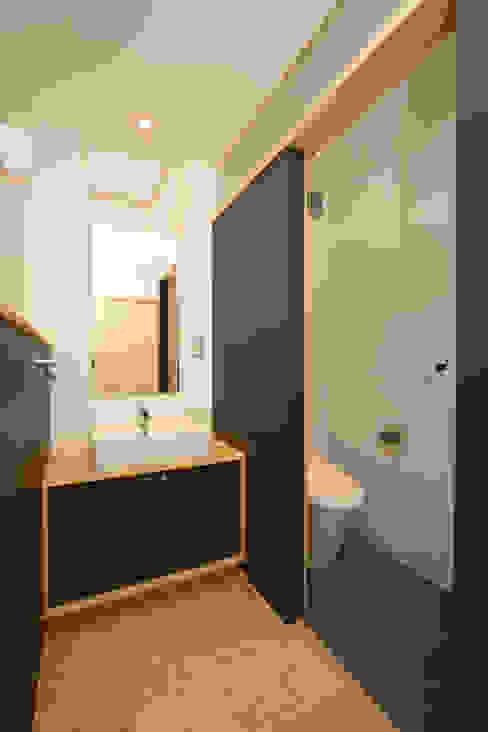昼用の手洗いコーナー: 篠田 望デザイン一級建築士事務所が手掛けた浴室です。,ラスティック