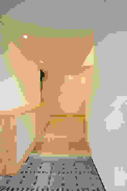 玄関ホール: 篠田 望デザイン一級建築士事務所が手掛けた壁です。,ラスティック