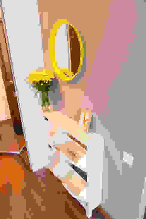 Декор квартиры - студии в Москве Коридор, прихожая и лестница в скандинавском стиле от L'Essenziale Home Designs Скандинавский