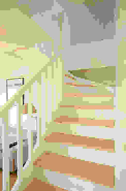 Un Duplex revisité -Neuilly: Couloir et hall d'entrée de style  par ATELIER FB, Moderne