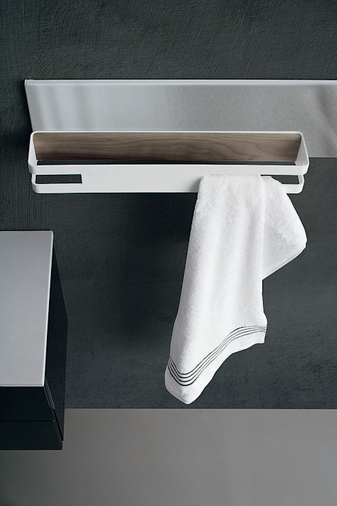 Magnetika bathroom - magnetic towel rail on metal bar por Ronda Design Moderno