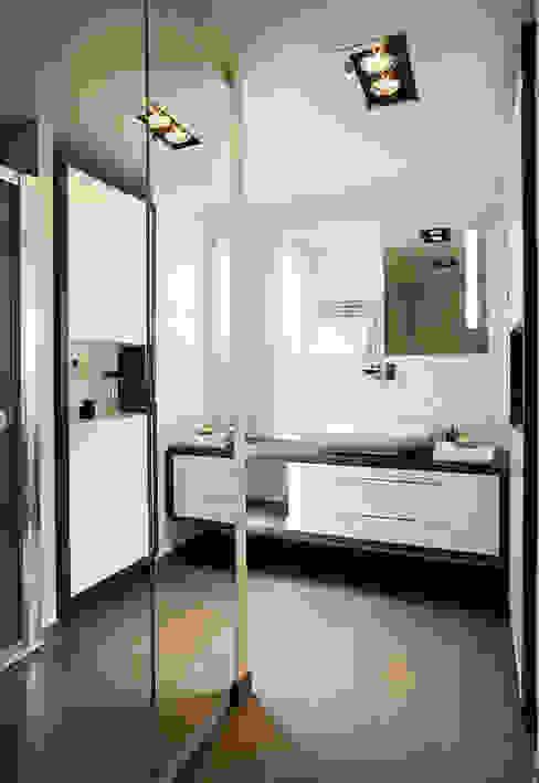 Baños modernos de ATELIER FB Moderno