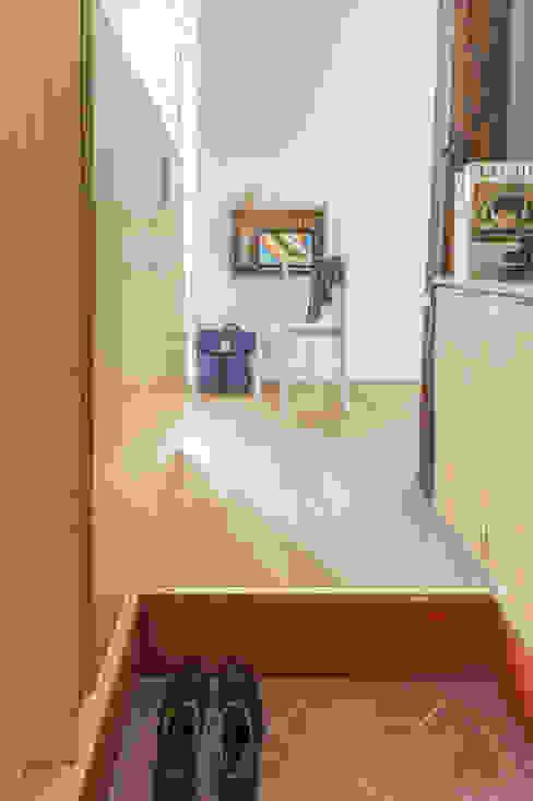 deux pièces Couloir, entrée, escaliers modernes par goodnova godiniaux Moderne