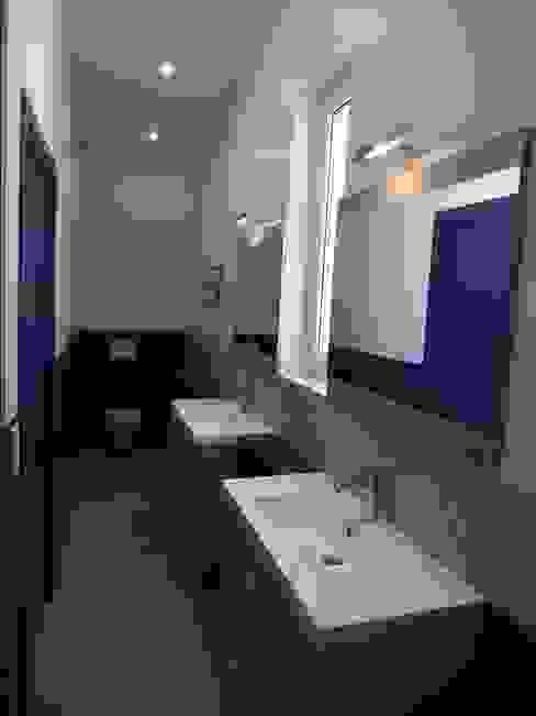 Casas de banho modernas por agence MGA architecte DPLG Moderno