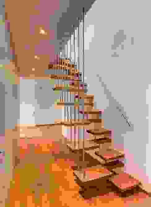 Ahşap Merdiven Uygulaması Modern Koridor, Hol & Merdivenler homify Modern