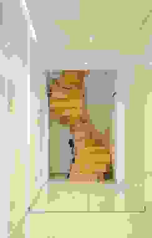 Masif Panel Çözümleri - Serender Ahşap Dekorasyon – Ahşap Merdiven Uygulaması:  tarz Koridor ve Hol,