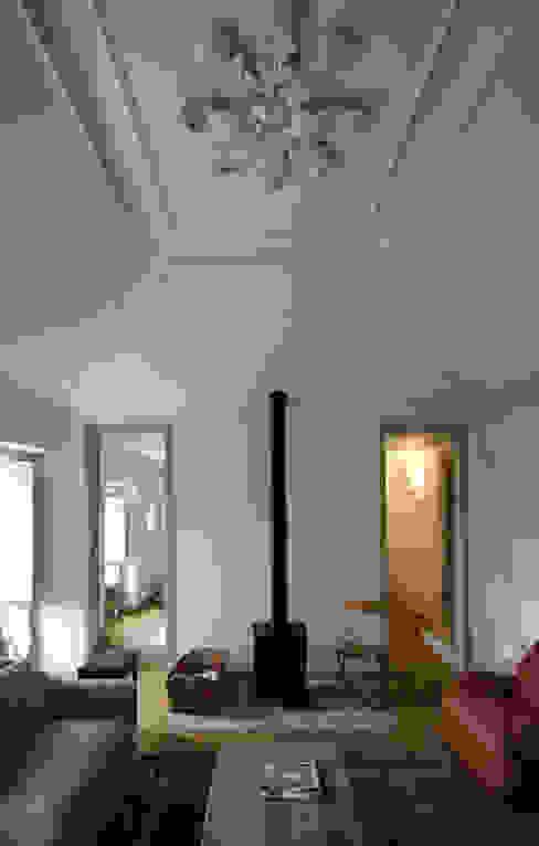 House Âncora Salas de estar rústicas por Branco Cavaleiro architects Rústico