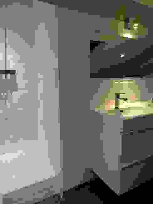 salle de bain 2 aprés travaux par Clemence de Mierry Grangé Moderne