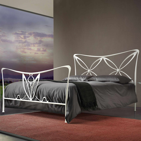 'Alice' wrought iron bed with headboard by Cosatto por My Italian Living Moderno