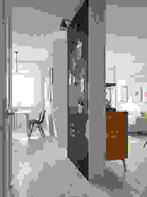 Pasillos, vestíbulos y escaleras de estilo escandinavo de INT2architecture Escandinavo