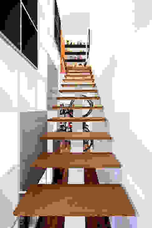 Pasillos, vestíbulos y escaleras de estilo moderno de Stuchi&Leite Projetos Moderno