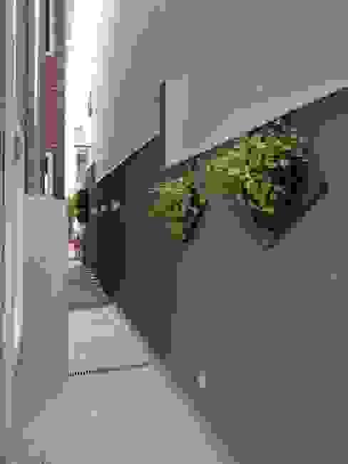 Pasillos, vestíbulos y escaleras eclécticos de Kátia Borges - arquitetura+interiores Ecléctico