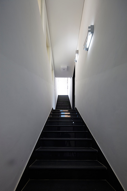 Modern Corridor, Hallway and Staircase by 스마트건축사사무소 Modern