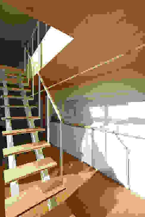 Pasillos, vestíbulos y escaleras modernos de 스마트건축사사무소 Moderno