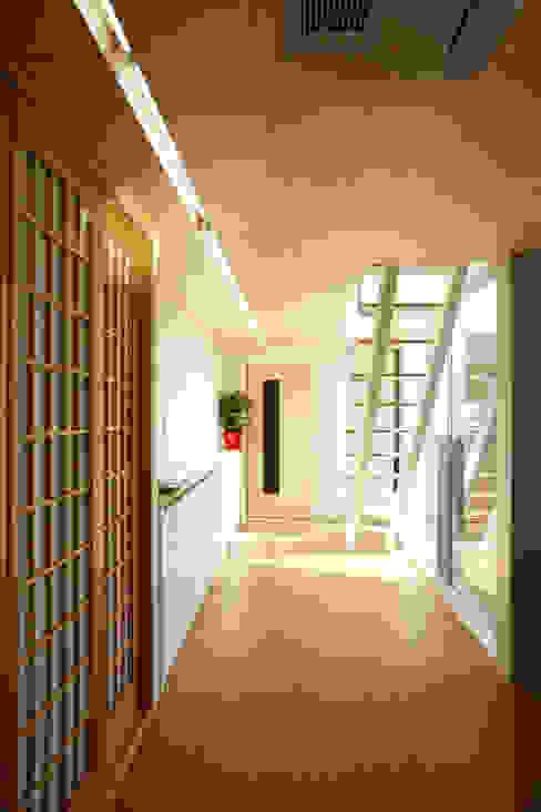 따뜻한 벽돌집: 스마트건축사사무소의  복도 & 현관,모던