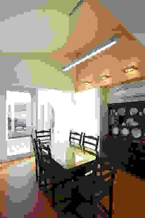 Phòng ăn phong cách hiện đại bởi 스마트건축사사무소 Hiện đại