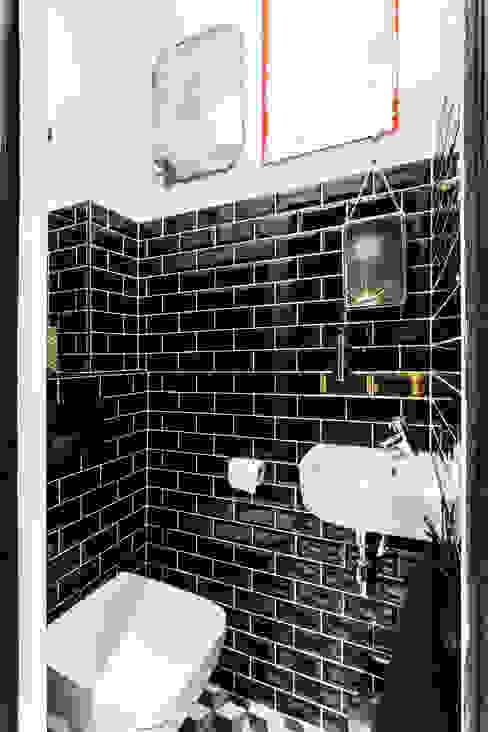 Pièce à vivre : toilettes - Appartement industriel chic & moderne 55m2 - 75010 Paris Salle de bain industrielle par Espaces à Rêver Industriel