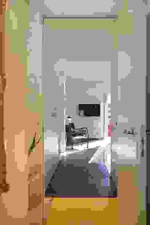CASA SUL LITORALE [2015] Ingresso, Corridoio & Scale in stile moderno di na3 - studio di architettura Moderno