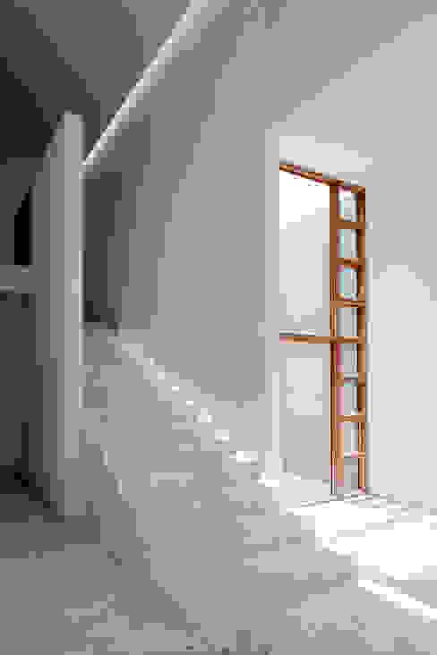 Pasillos y recibidores de estilo  por Lucio Muniain et al