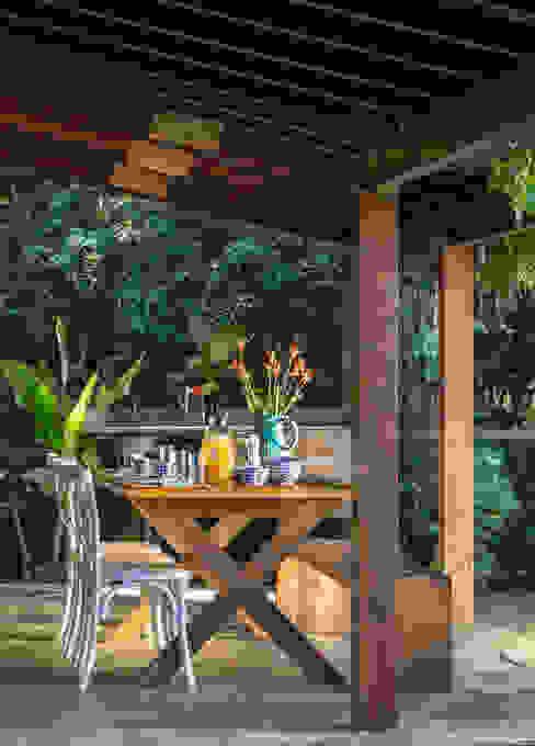 Casa de praia - Guaecá SP Varandas, alpendres e terraços rústicos por Lucia Manzano Rústico