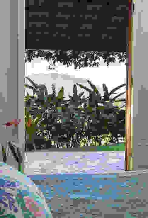 Hiên, sân thượng phong cách mộc mạc bởi Lucia Manzano Mộc mạc