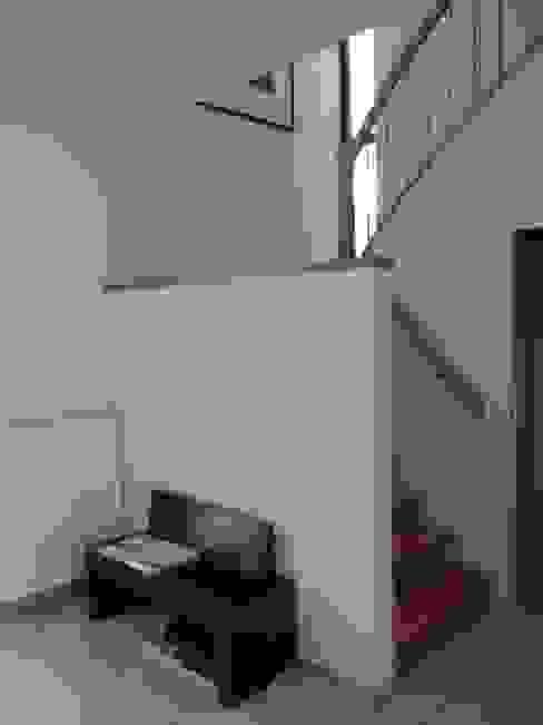 Minimalistyczny korytarz, przedpokój i schody od waldorfplan architekten Minimalistyczny