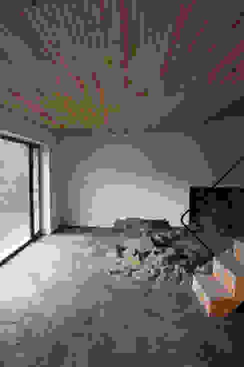 Salas modernas de Atelier do Corvo Moderno