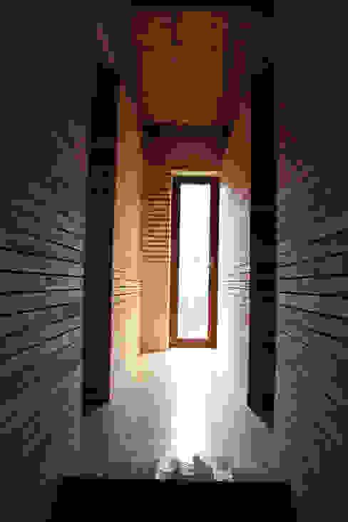 Moderne gangen, hallen & trappenhuizen van Atelier do Corvo Modern