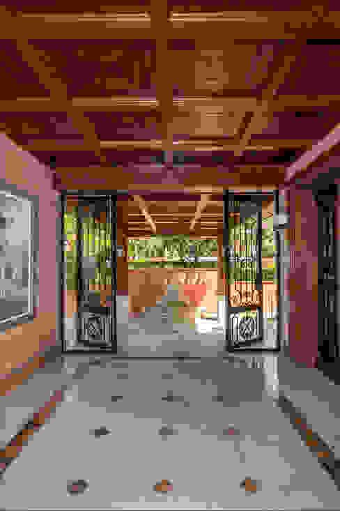 Vestíbulo principal Pasillos, vestíbulos y escaleras de estilo tropical de Per Hansen Tropical