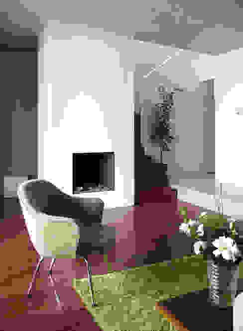 coin salon devant une fausse cheminée de bougies et escalier pour 1er étage Studio Pan Salon moderne