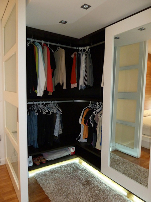 Modern dressing room by ERRASTI Modern