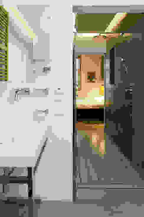 Projekt wnętrz apartamentu w kamienicy na krakowskim Kazimierzu Nowoczesna łazienka od COOLDESIGN Nowoczesny