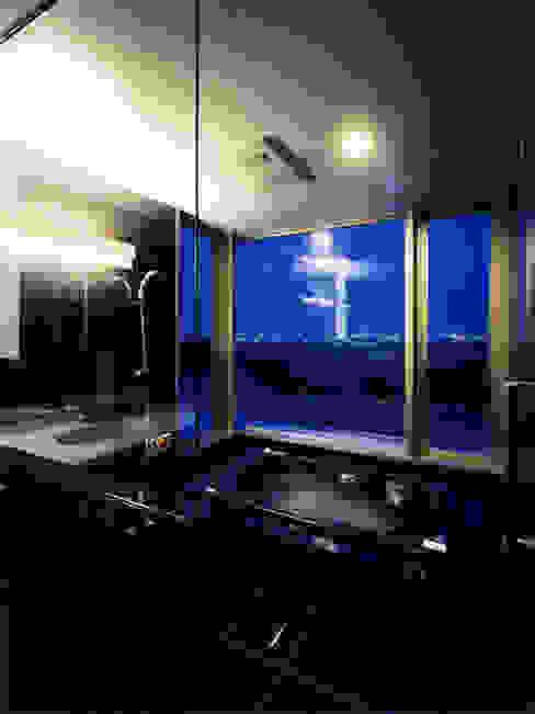 眺望を生かしたバスルーム モダンスタイルの お風呂 の 大塚高史建築設計事務所 モダン