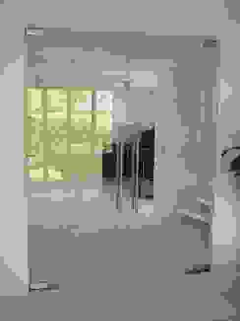 Dubbele glazen deur in moderne stijl:  Woonkamer door Buys Glas,