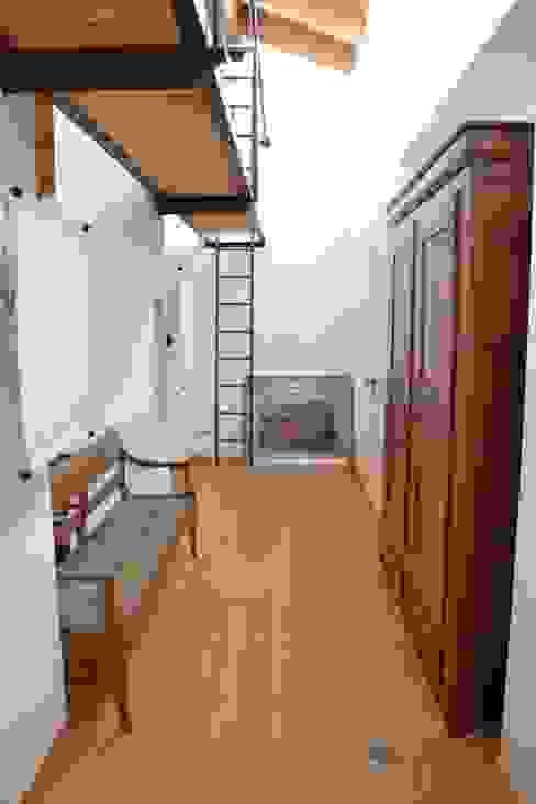 Casa Bressan Ingresso, Corridoio & Scale in stile moderno di Studio Thesia Progetti Moderno