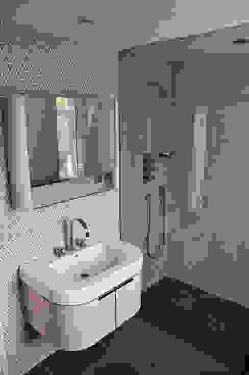 En-suite shower room Modern bathroom by Wodu Architects Modern