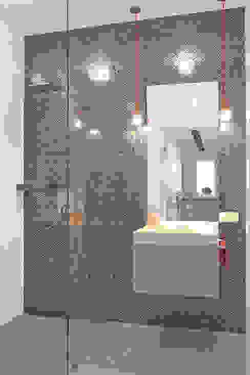 Mieszkanie 56 m² w Ząbkach pod Warszawą / Łazienka Nowoczesna łazienka od Sceneria Nowoczesny