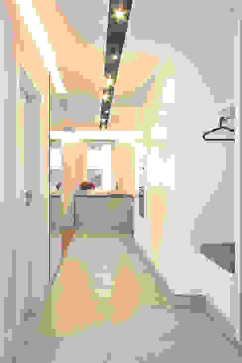 Mieszkanie 56 m² w Ząbkach pod Warszawą / Korytarz Sceneria Nowoczesny korytarz, przedpokój i schody