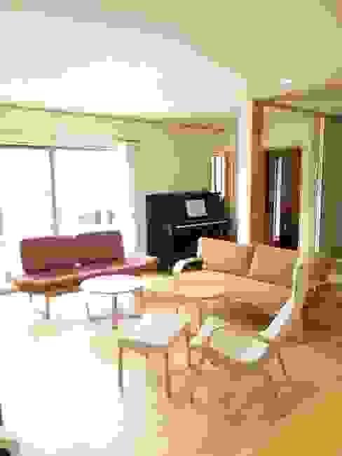 違うデザインのソファでコーディネイト: 家具の福岳が手掛けたスカンジナビアです。,北欧