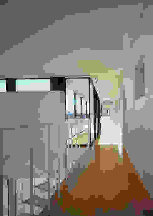 エンガワ/Engawa モダンスタイルの 玄関&廊下&階段 の W.D.A モダン