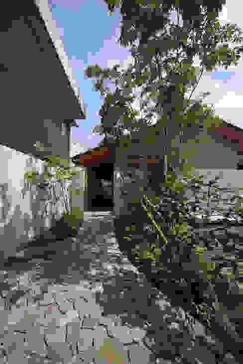 アプローチ: 青木昌則建築研究所が手掛けた家です。,和風