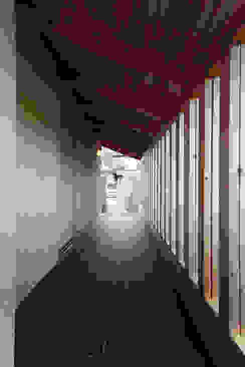 玄関ポーチ: 青木昌則建築研究所が手掛けた家です。,和風