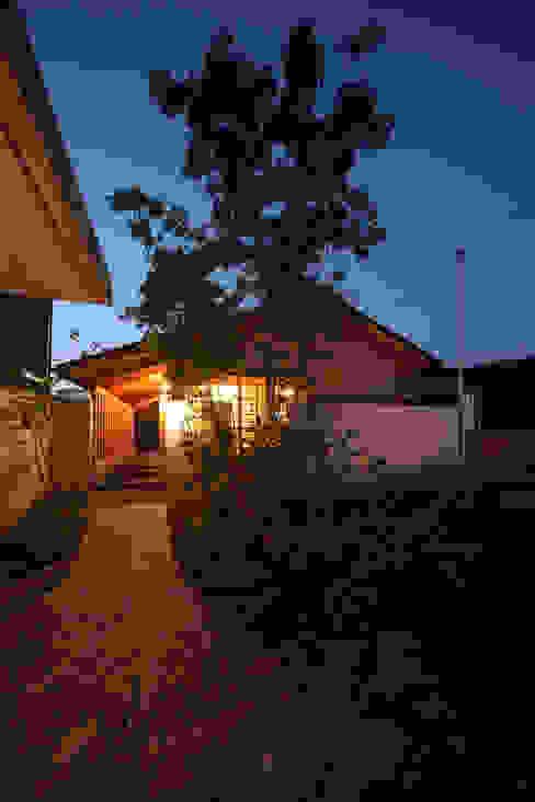 外観夕景: 青木昌則建築研究所が手掛けた家です。,和風