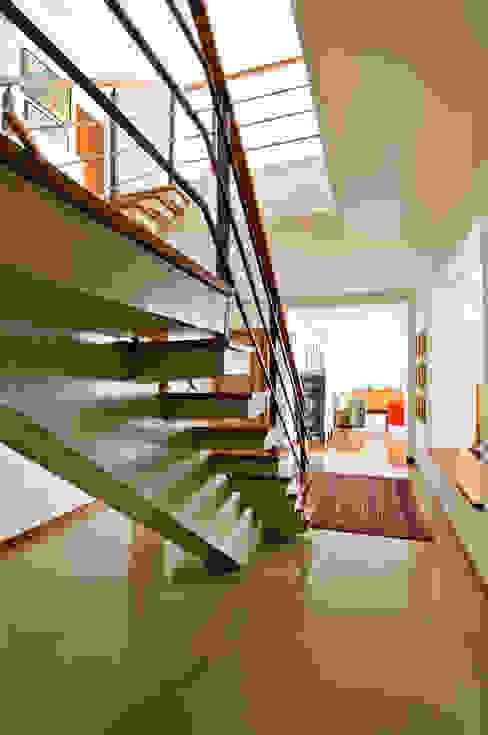 Apartamento Bairro de Higienópolis Corredores, halls e escadas modernos por CARMELLO ARQUITETURA Moderno