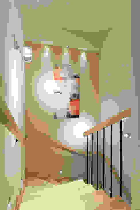Modern corridor, hallway & stairs by Lidia Sarad Modern