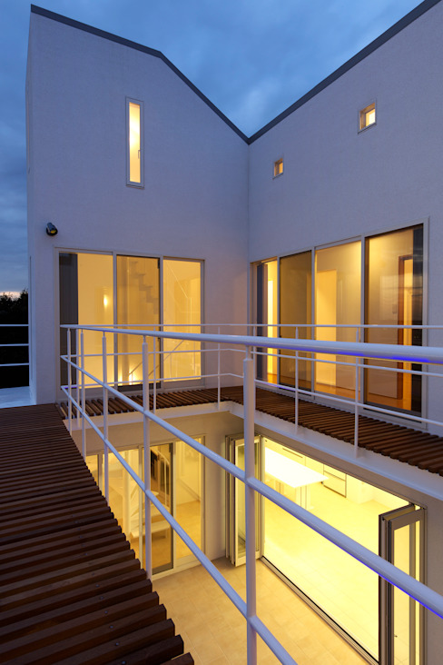 (有)設計工房TOGAWA Modern style balcony, porch & terrace