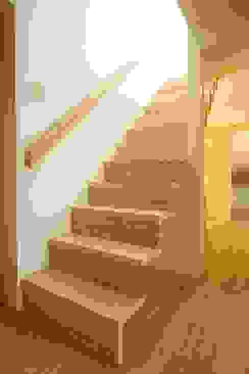 階段: 有限会社クリエデザイン/CRÉER DESIGN Ltd.が手掛けた廊下 & 玄関です。,モダン