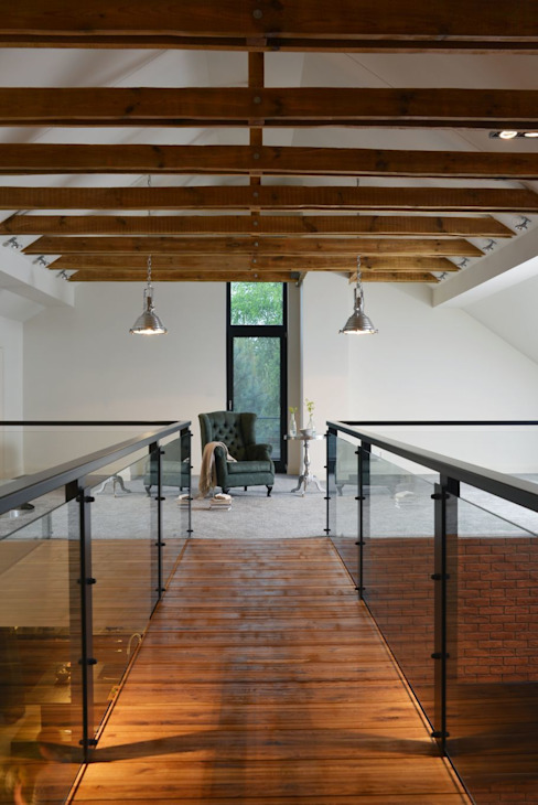 Jak stara fabryka w sercu lasu Industrialny korytarz, przedpokój i schody od RAJEK Projektowanie Wnętrz Industrialny